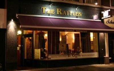 Raffles W&O lichtreclame spots freesletters terrasscherm