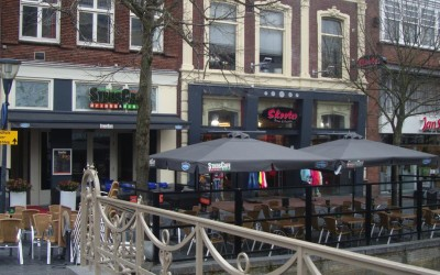 Stadscafe neon parasols zonwering W&O lichtreclame