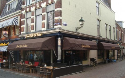 grand cafe de brass markiezen neonreclame terras